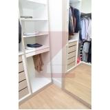 closet planejado com porta de vidro Taquaral